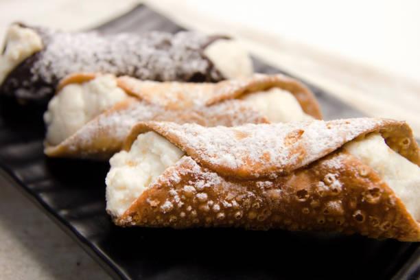 cannoli i̇talyan tatlı tatlı - i̇talyan kültürü stok fotoğraflar ve resimler