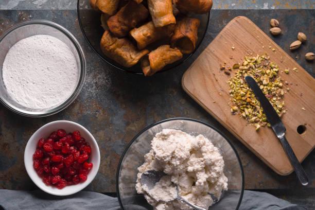 奶油成分為填充對石背景頂視圖 - 忌廉餅卷 個照片及圖片檔