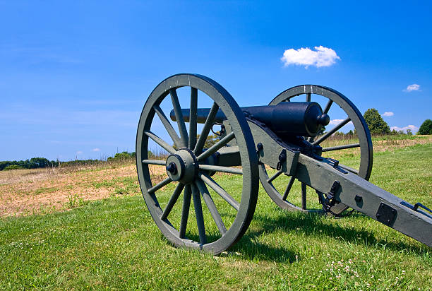 Cannon overlooks Antietam Battlefield A sole cannon on a field overlooking the present day Antietam battlefield. robert e. lee stock pictures, royalty-free photos & images