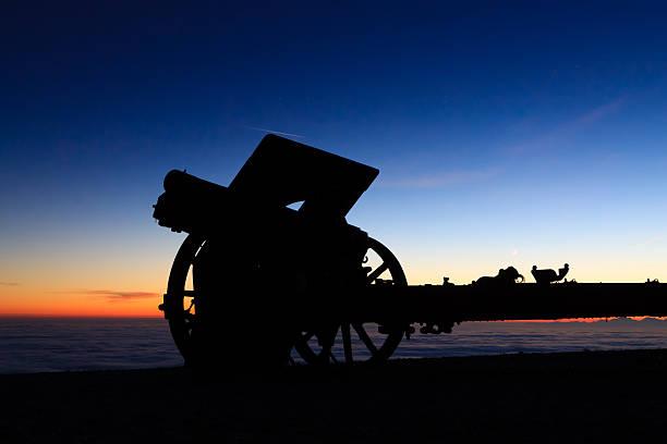 Cannon silhouette at twilight - foto stock