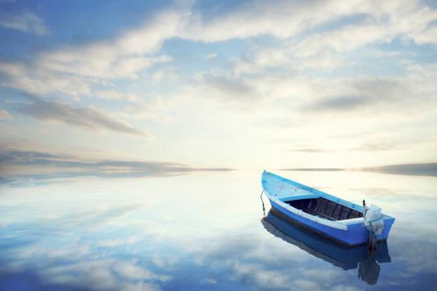 カヌーに浮かぶ静かな水の素晴らしい夕日 - 小型船舶 ストックフォトと画像