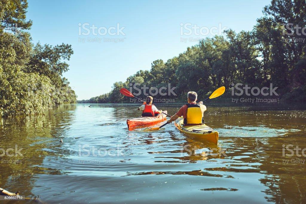 Un viaje en canoa por el río en el verano. - foto de stock