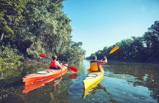 un viaje en canoa por el río en el verano. - kayak fotografías e imágenes de stock
