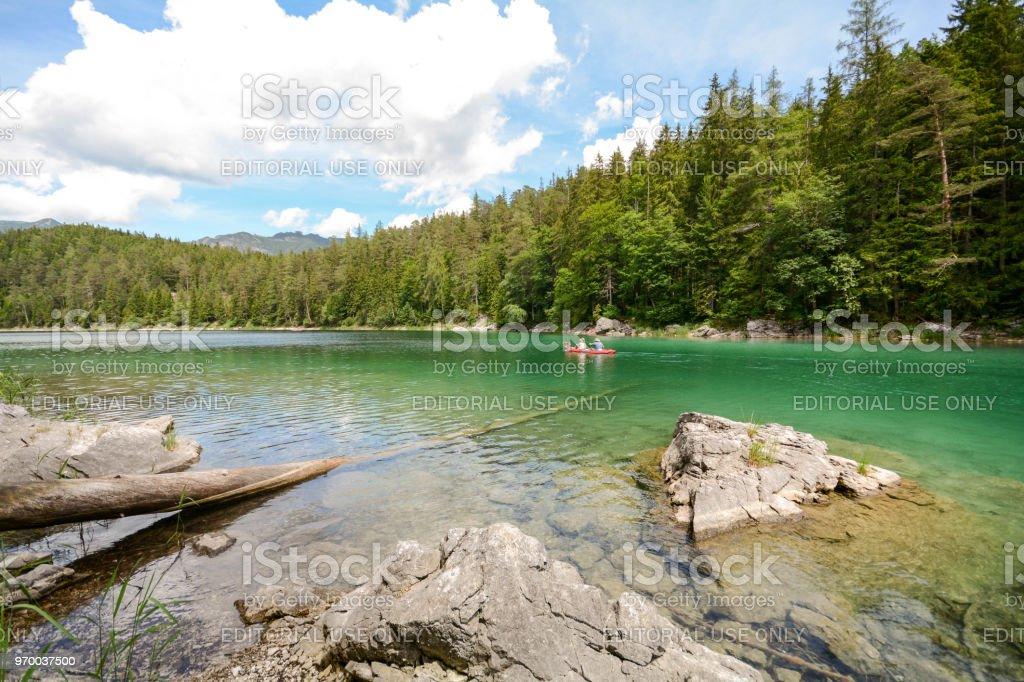 Kanufahren am See Eibsee in den Bayerischen Alpen in der Nähe von Garmisch Partenkirchen, Bayern – Foto
