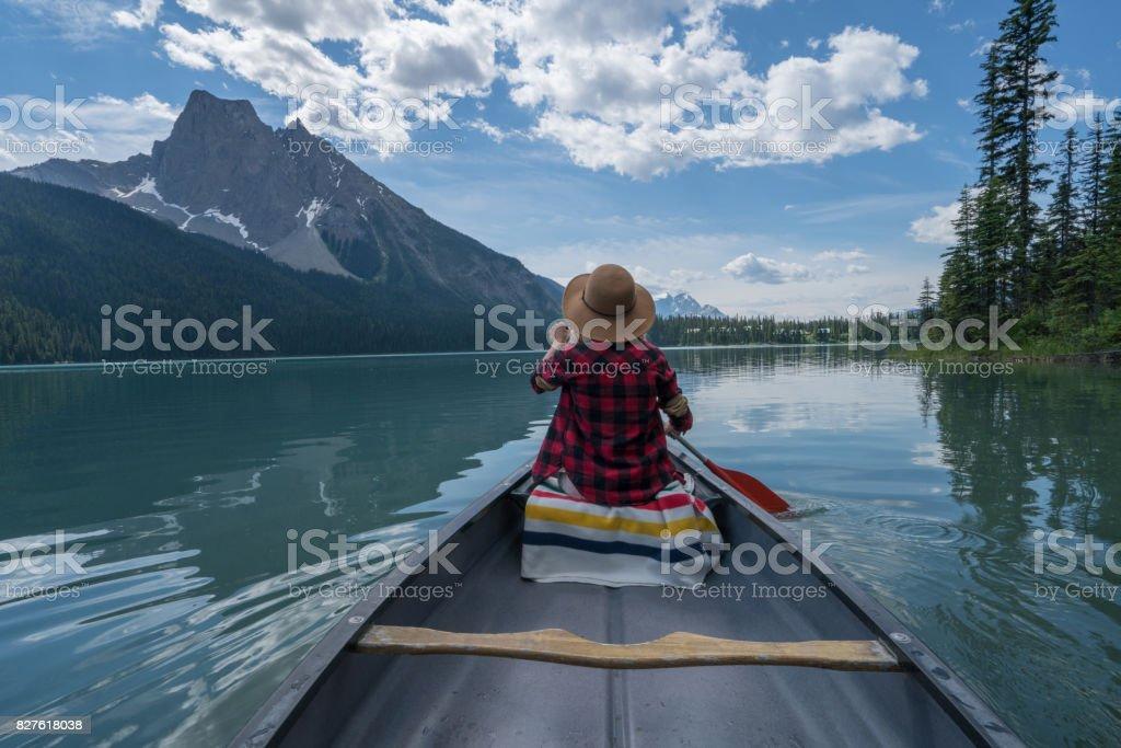 Piragüismo en lago esmeralda - foto de stock