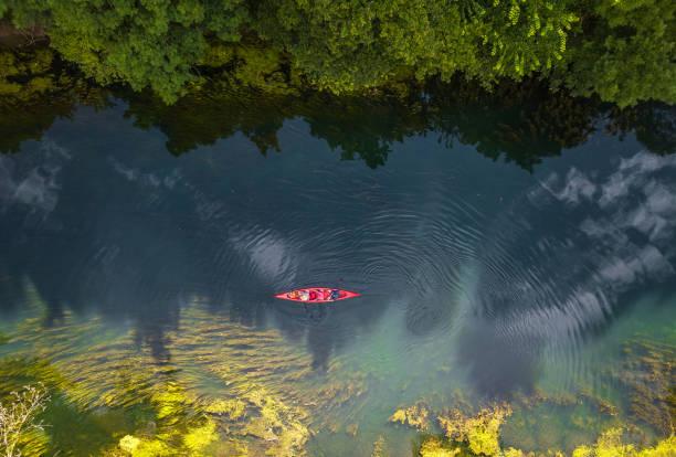 강에서 카누 - 야외활동 추구 뉴스 사진 이미지