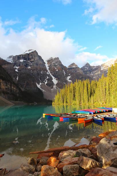 kano's door moraine lake in nationaal park banff, alberta - lake louise stockfoto's en -beelden