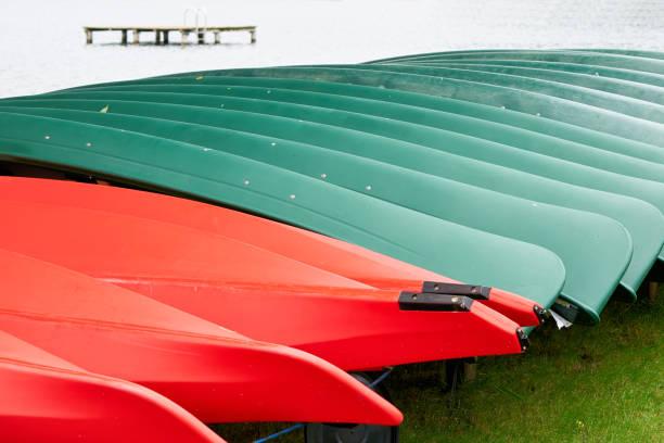 kanus auf einen bootsverleih - nationalpark müritz stock-fotos und bilder