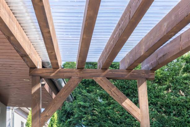 Überdachung einer Terrasse gemacht von Holz und transparente Wellplatten – Foto