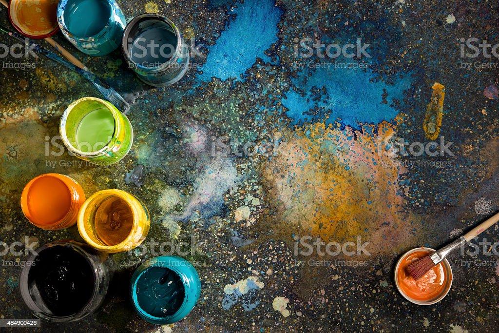 Dosen mit Farbe Farbe auf dem Boden mit Farbe, Farbspritzern – Foto