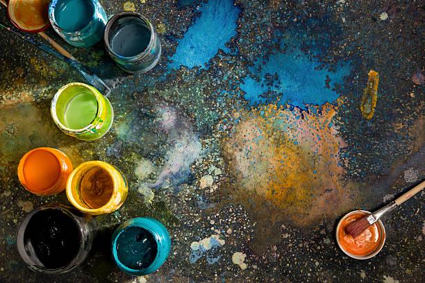 Boîtes avec de la peinture de couleur sur le sol, avec taches de peinture - Photo