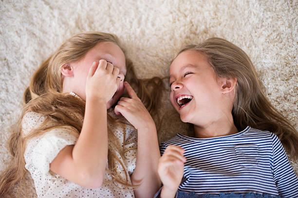 laughing ない場合は、停止して - 姉妹 ストックフォトと画像