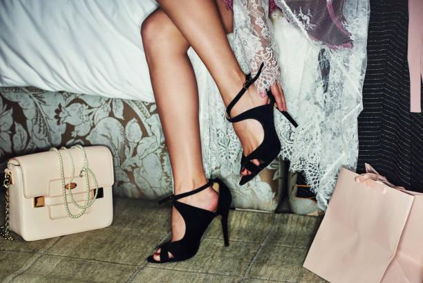 no puedo esperar para andar en ciudad con estos - moda de zapatos fotografías e imágenes de stock