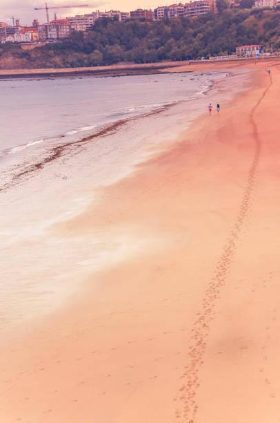 Mar Cantábrico, con arena en la playa en septiembre - foto de stock