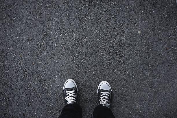 Chaussures en toile sur l'asphalte - Photo