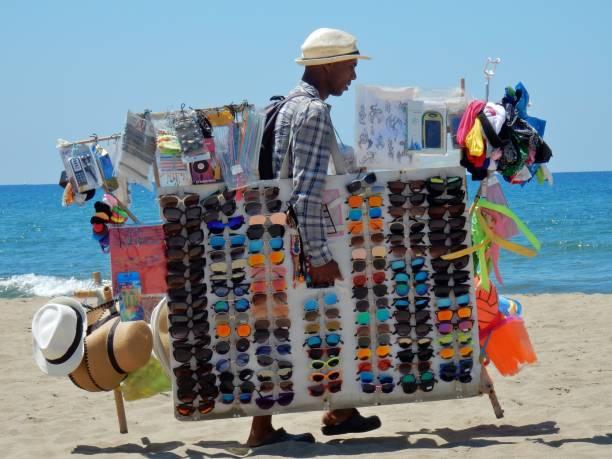 capaccio - venditore ambulante di occhiali - ambulante foto e immagini stock