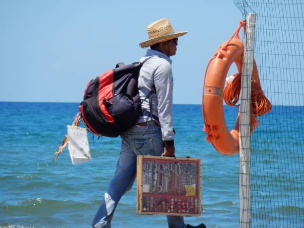 capaccio - venditore ambulante sulla riva - ambulante foto e immagini stock