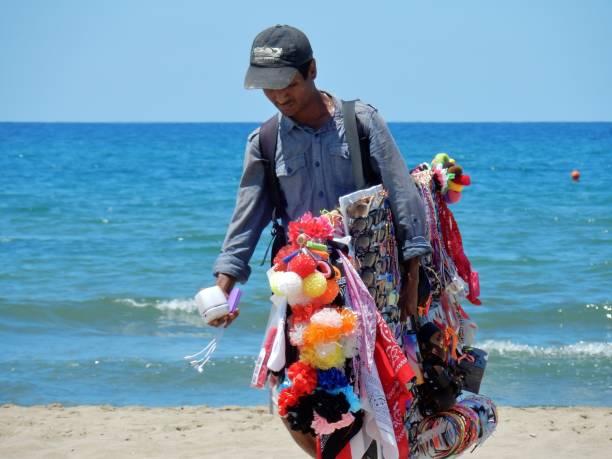 capaccio - venditore ambulante sulla spiaggia - ambulante foto e immagini stock