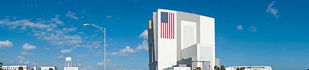 cape canaveral vab nasa space center - kennedy space center stock-fotos und bilder
