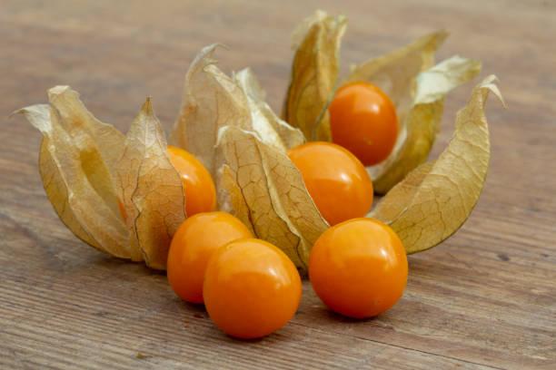 cabo frutos groselha em um closeup placa de madeira - foto de acervo