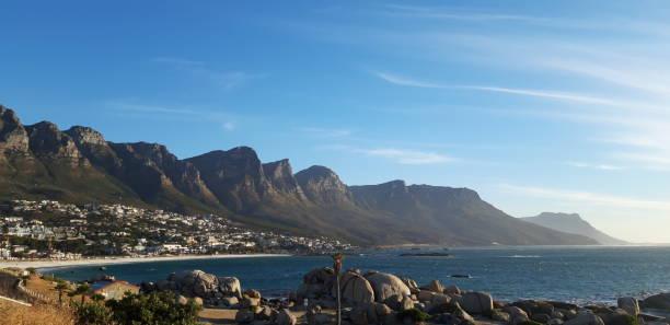 Ciudad del Cabo / Sudáfrica - 18 de noviembre de 2018: Vista panorámica del suburbio de Camps Bay en Ciudad del Cabo, Sudáfrica - foto de stock