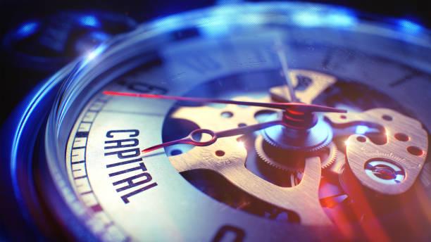 Capital - texto en el reloj de bolsillo Vintage. Ilustración 3D - foto de stock