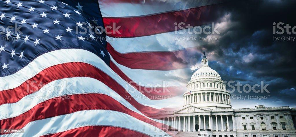 Capitol building en washington dc con nosotros bandera - foto de stock