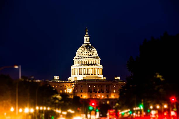 Capitol Hill von der Constitution Avenue in der Nacht, Washington D.C. – Foto