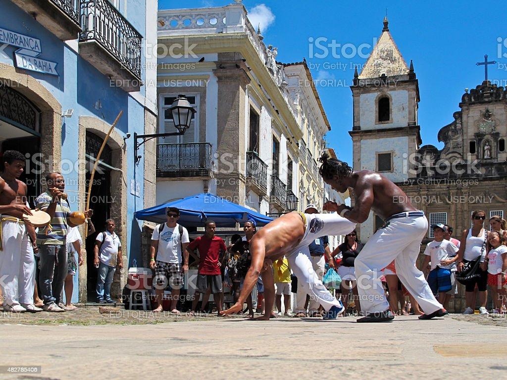 カポエイラダンスファイトにペロウリーニョの改装作用のある通りサルバ Bahia ブラジル foto de stock royalty-free