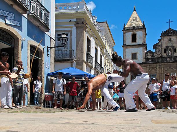 カポエイラダンスファイトにペロウリーニョの改装作用のある通りサルバ Bahia ブラジル - foto de acervo