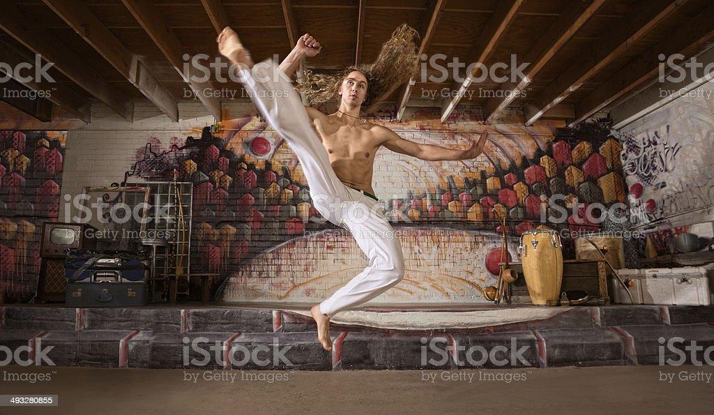 Capoeira voando chute - foto de acervo