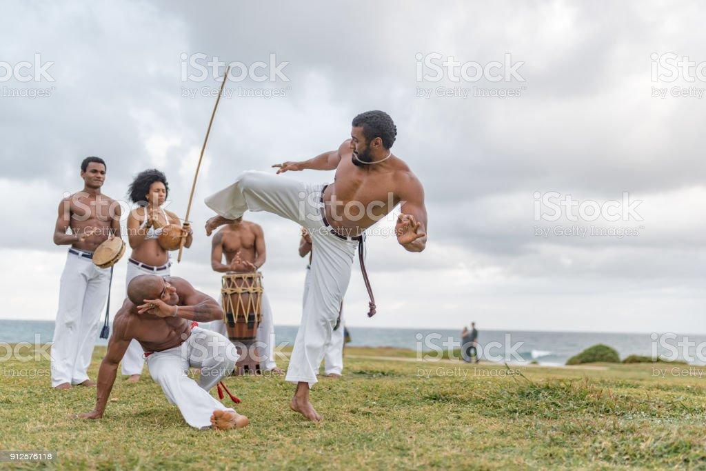 capoeira se move no Brasil praia de Salvador - foto de acervo