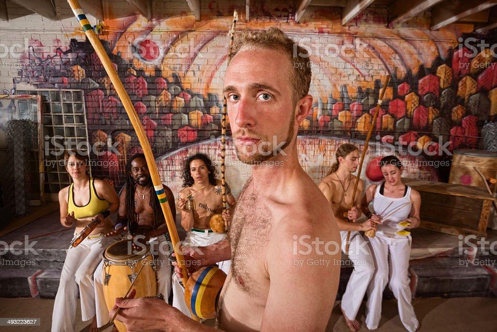 Capoeira artista tocando música - foto de acervo