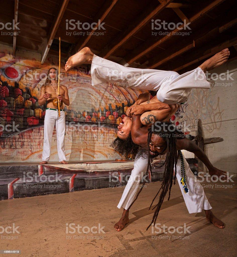 Capoeira artistas ombro lançamento - foto de acervo