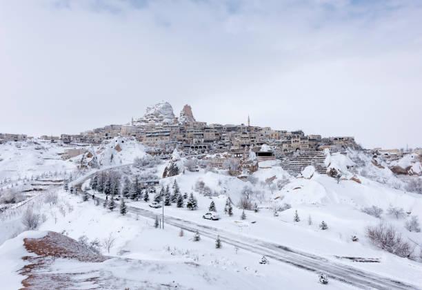 cappadocië in winter - aardpiramide stockfoto's en -beelden