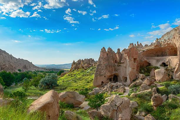 cappadocia - aardpiramide stockfoto's en -beelden