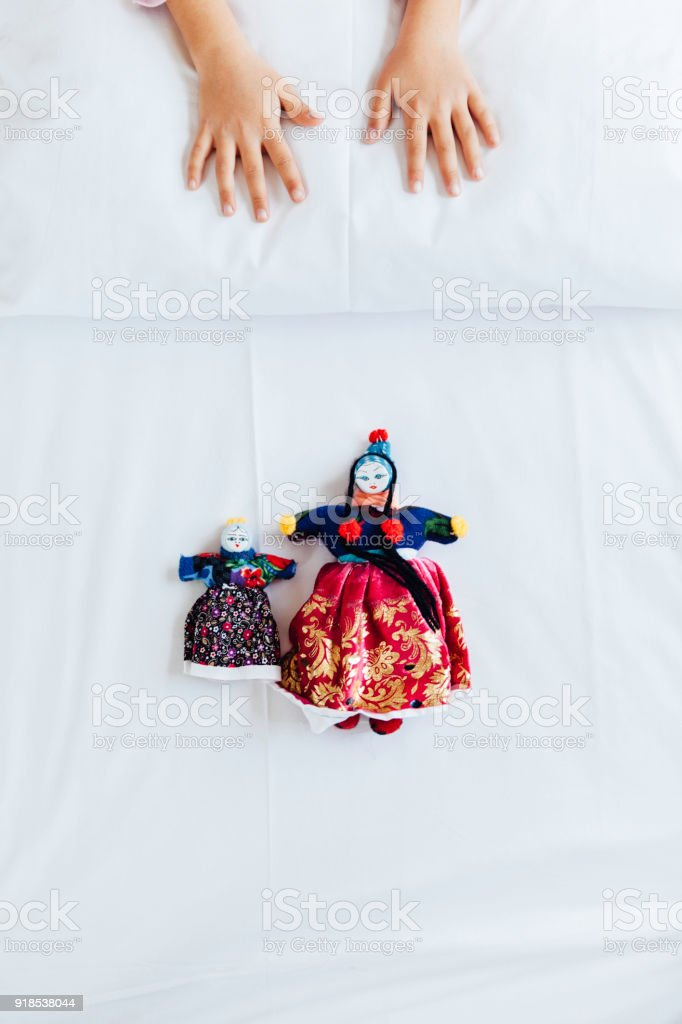 Bonecas de pano da Capadócia e mão humana - foto de acervo