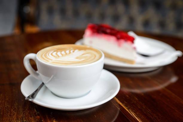 cappuccino und käsekuchen - schokoladen käsekuchen törtchen stock-fotos und bilder