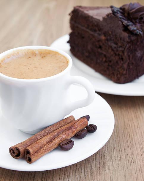 kaffee und schokoladenkuchen - schokolade gebratene kuchen stock-fotos und bilder