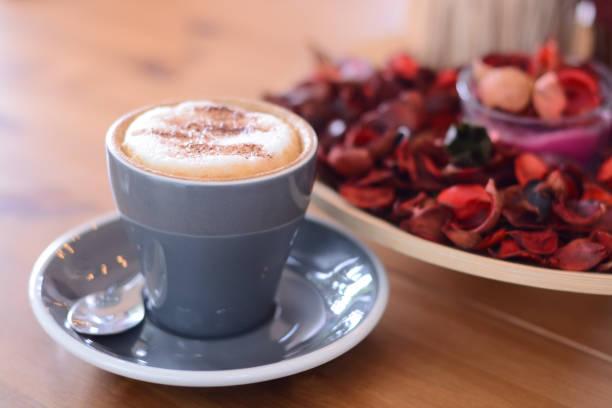 테이블에 커피 카푸치노 - 커피 마실 것 뉴스 사진 이미지