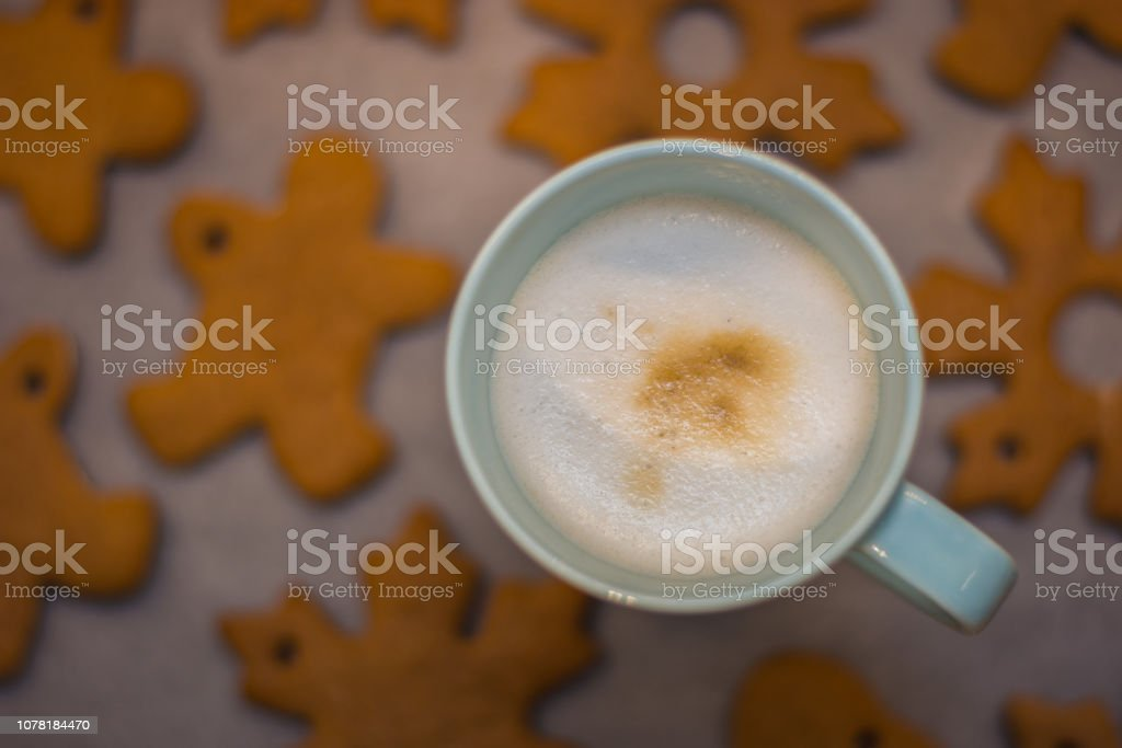 Cappuccino cup and home-made gingerbread in the background – zdjęcie