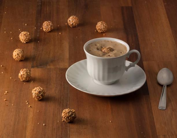 cappuccino in einem holztisch mit den wegweisendsten - giotto stock-fotos und bilder