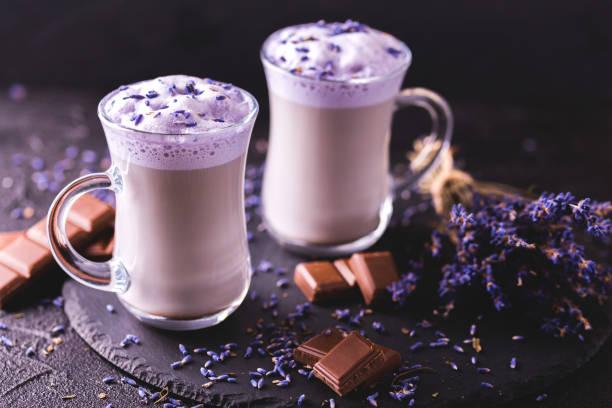Cappuccino mit Lavendel und Schokolade Sirup und Blumen – Foto