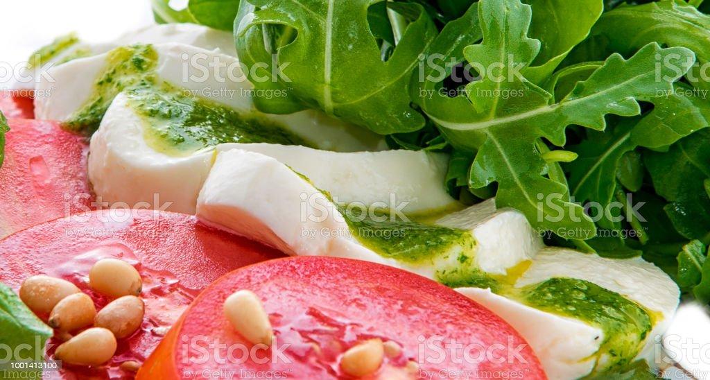 Caprese Capresesalat Italienischer Salat Mediterraner Salat Italienische  Küche Mediterrane Küche Tomatenmozzarellabasilikum Blätter Schwarze Oliven  ...