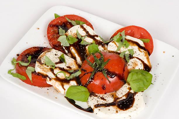 salade caprese: mozzarella fraîche, basilic et à la tomate - glaçage photos et images de collection