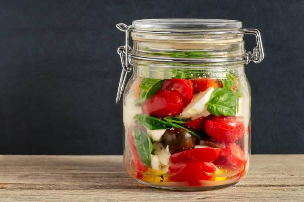 caprese-salat in eine geschlossene deckel mason jar - rustikale einweckgläser stock-fotos und bilder