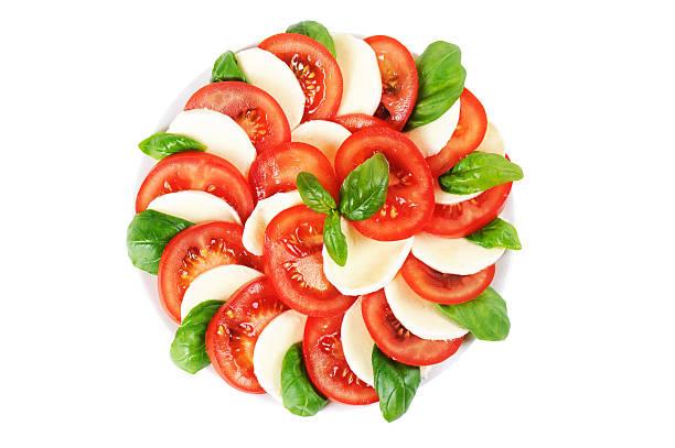 caprese-tomaten-mozzarellasalat mit basilikum - caprese salat stock-fotos und bilder