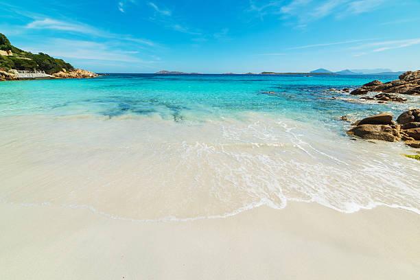 capriccioli spiaggia in una giornata limpida - sardegna foto e immagini stock