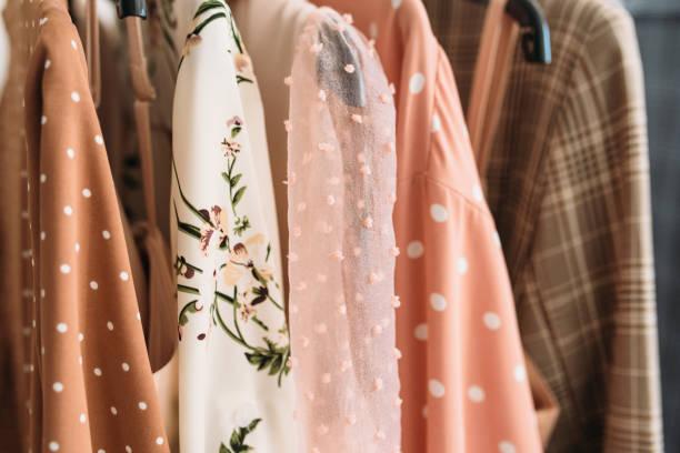 roupas cápsula em cores bege e rosa closeup - blusa roupa - fotografias e filmes do acervo
