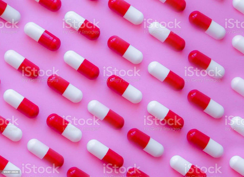 Modèle de capsule pilules sur fond rose - Photo